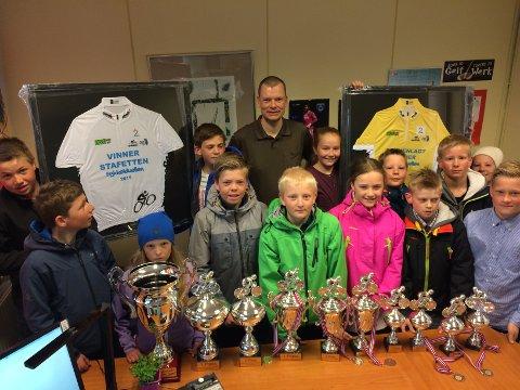 Både elever og rektor var veldig stolte da de mandag kunne beundre alle pokalene skolen hadde vunnet i Sykkelduellen.