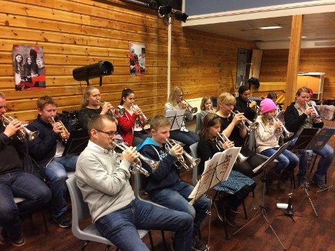 Skolekorps-musikantene i Håland og Dysjaland skulekorps syntes det var stor stas da Sola Brassband kom for å øve med dem.
