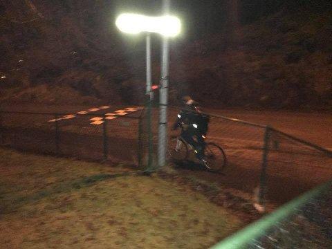[b]SYKKELPOLITI:[/b] Politibetjenten hev seg på hjul etter tyvene.