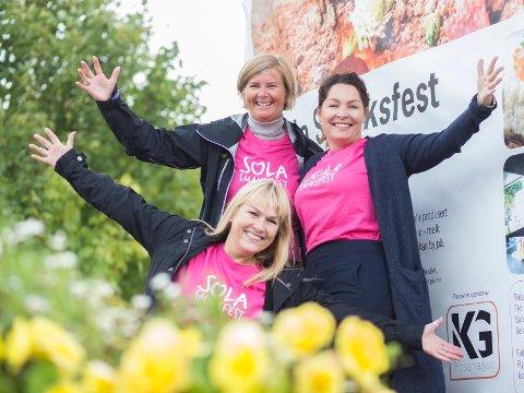 GLEDER SEG:  Det er bare været vi ikke kan styre, men smaksfest og en fantastisk lørdag i Sola sentrum blir det uansett, sier Ingrid Iversen, Anne Grethe Vasbø og Monica Myrland Oliversen i komiteen.