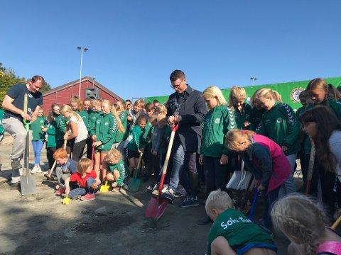 Ivrige gravere. Ole Ueland fikk god hjelp av unge turnere.
