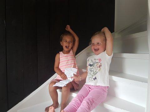 Thea og Tilla Kristine med brevet Tilla Kristine sendte med flaskepost.