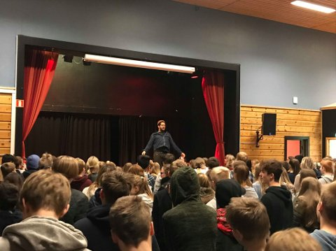 Marcus Bailey underholdt for elevene ved Dysjaland- og Håland skole