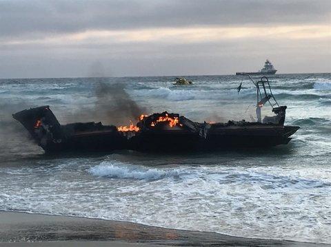 Slik så det ut da båten kom i land. Begge to ombord kom ut av det uten skader.