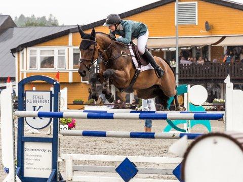 Emelie Østbø var en del av laget Sandnes og Jæren Rideklubb, som tok NM-gull i sprangridning denne helgen.