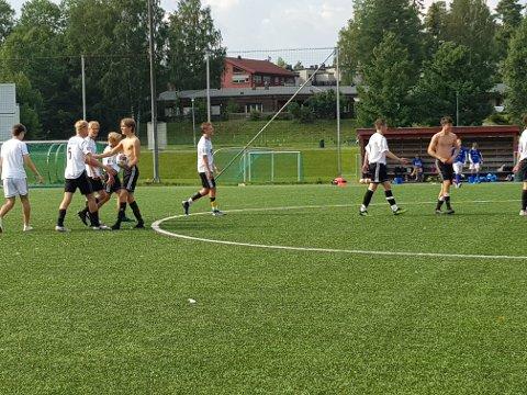 Fornøyde Sola-spillere etter kampen mot Åmot. Tirsdag knuste de Kvaløya, og ble gruppevinnere.