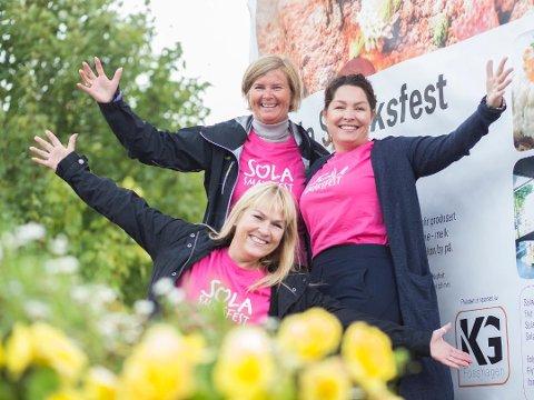 Ingrid Iversen (Sola kommune), Monica Myrland Oliversen (Solabladet) og Anne Grethe Vasbø (Flyt, foran) gleder seg til at folk igjen skal få smake på Sola.