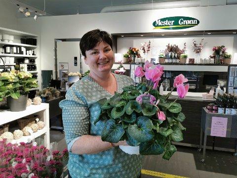 Butikkleder Hanne Beth Bratland roser tanangerbuen for å bruke nærbutikken til å handle det de trenger av planter.