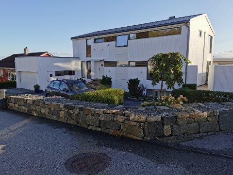 Denne boligen i Ankervegen ble bygget i 1976, og har blant annet seks soverom.