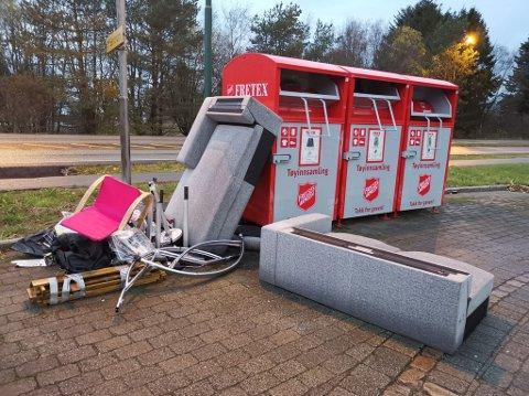Sofa, stol og annet avfall er hensatt foran Fretex-containerne i Solakrossen.