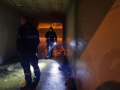 Politiet undersøker brannstedet, og foretar søk i området.