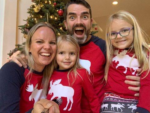 Kristine Midtgarden og Lorentz Aspen med barna Othelie (4,5 år) og Louise (6,5 år). Familien belager seg på en avslappet julefeiring - gjerne i pysjen.