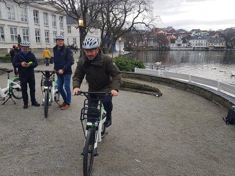 Bysyklene ble lansert 3. februar, og etter 14 dager har de vært flittig brukt. Her er ordfører Tom Henning Slethei på en av de nye syklene.