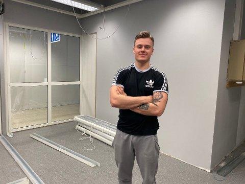 Johannes Jåsund skulle etter planen åpne Tananger treningssenter i mai. Nå må han vente med å bestille inn utstyr.