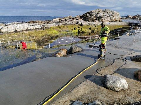 Steffen Gramstad i Risa vasker, mens anleggsleder Martin Mæland gransker bunnen.