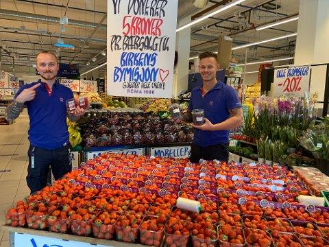 Frukt & Grønt-ansvarlig Ole Christian Johnsen (t.v) og kjøpmann Daniel Baardsen Chin på Rema 1000 Grannes skal donere fem kroner pr. bærsalg til Kirkens Bymisjon. De ønsker å gi noe igjen, og være med på dugnaden.