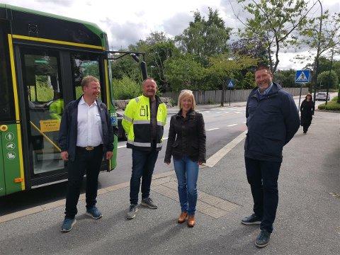 Arbeidet med Bussveien på Gausel starter i august. Fra venstre: Tommy Stangeland, daglig leder, Stangeland Maskin. Pål Thornes, prosjektleder, Bussveien, Marianne Chesak, fylkesordfører, og Harald Bøhn, seksjonsleder, Bussveien.