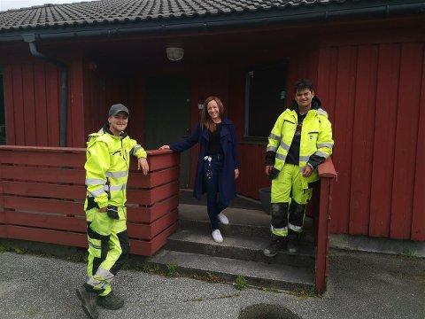 Kaffepause innom arbeidstreningsseksjonen. F.v: Arbeidsleder for ungdommene Chris Anders, June-Marie fra Ungdomsteamet og Jimmy (16).