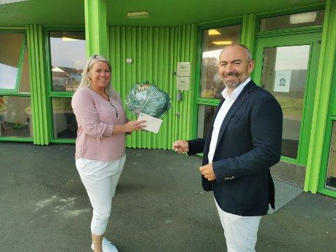 Styrer Marianne Skinstad fikk blomster av ordfører Tom Henning Slethei i forbindelse med åpningen av den siste avdelingen på Læringsverkstedet Jåsund.