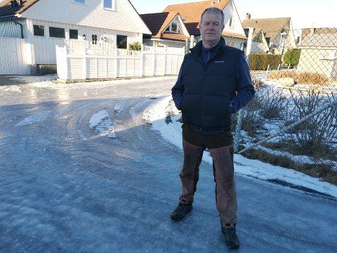 Sigmund Skoge har hjemmekontor, men har vært vitne til flere som har slitt i bakkene på Snøde i dag.