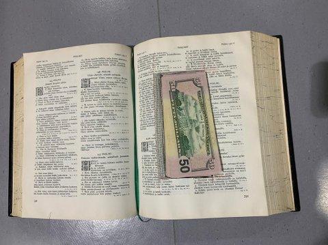 Bibelen inneholdt kontanter tilsvarende rundt 50.000 norske kroner.