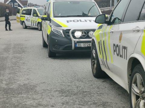 Fire politipatruljer var tilstede på adressen.