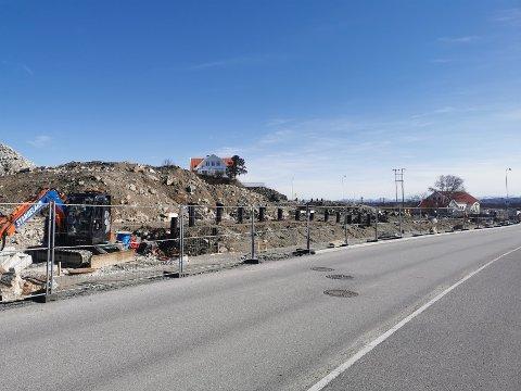 Slik så det ut på byggeplassen i april. Etter stor aktivitet ut juli ble det rolig. Nå skal det snart bli mer aktivitet igjen.
