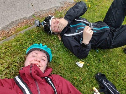 Elise og Siri har allerede måttet bytte bagasjebrett og lappe dekk. De ser likevel frem til mange uker på sykkelen.