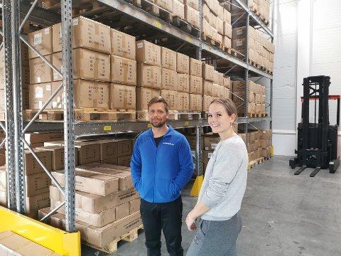 Medeier Kim Moen sammen med Malin Hodneland, som jobber deltid for Lagerpriser.no.