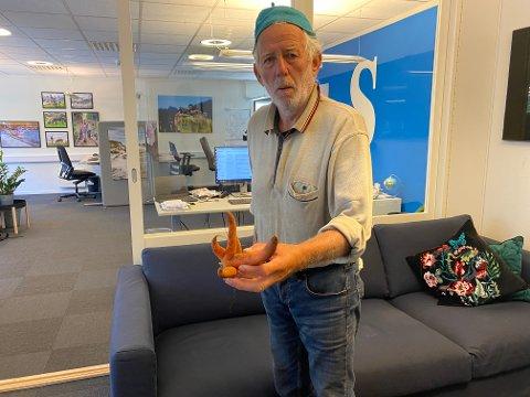Fred Terje Vik viser frem gulroten han har funnet.