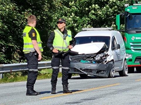 Torsdag smalt det da en bil kjørte inn i en annen på Nesbuvegen. Det er den andre ulykken i krysset i år.
