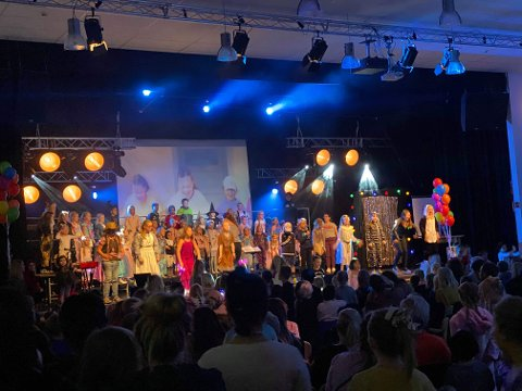KOR OG DANS: Jørpeland dansestudio og barnekoret «Amigos» var blant de som underholdt gjestene på HalloVenn på Klippen.