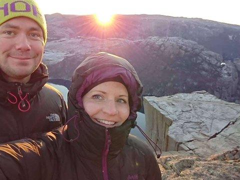 SOLOPPGANG: Tom Vika og Tonje Våge giftar seg i Forsand kyrkje 31. desember. Her får dei med seg soloppgangen på Preikestolen etter å ha overnatta ved turistikonet.