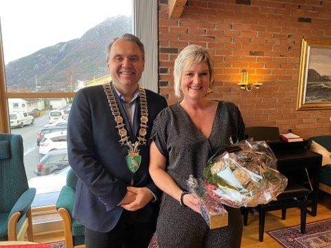 FEKK GULLKLOKKE: Rita Barka fekk gullklokke frå Bjarte S. Dagestad for sin 27-årige innsats i Forsand kommune.