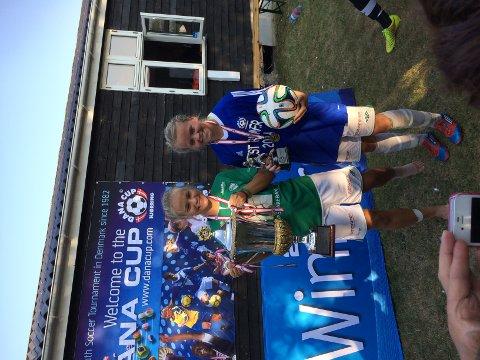 To nøgde fotballspelarar og lagvenninner, Ingrid Malmberg og Birte Svines, etter siger i sin klasse saman med Klepp i Danacup.
