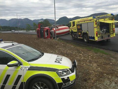 Både politi og brannvesen er framleis på ulukkesstaden i Bjørheimsbygd. Vegen er stengt inntil vidare.