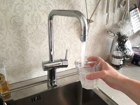MÅ KOKAST: Vatnet i Årdal har usmak, og IVAR tilrår at folk kokar vatnet før det blir brukt. Det er berre tre år sidan sist. Då hadde vatnet usmak i fleire veker.