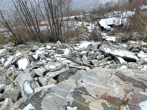 Det er bratt frå området der steinane rasar ut og nedover mot hyttefeltet på Ombo. (Foto: Tjueneset Hytteforening)