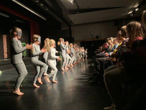 BARNEDANS: Dei minste dansarane i Jørpeland Dansestudio blei tatt godt imot som elefantar og løver av ein fullstappa kinosal i Torghuset.