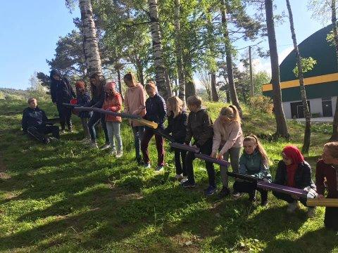 Elevane på Fjelltun skole fekk mange oppgåver dei måtte løysa saman på aktivitetsdagen tysdag. Her leiar dei vatn gjennom takrenner til ei bøtte.