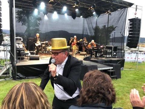 """Tidlegare Stavangerensemblet-vokalist Froddien alias Frode Rønli var i storslag i Rosehagen på laurdag. Han hadde med seg Reidar """"Mr. Blues"""" Larsen, Gunnar Engen, Alf Terje Hana og Espen Noreger og Dominique Brackeva i bandet."""
