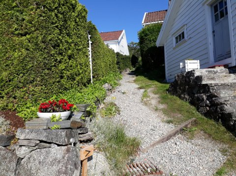 MELLOM HUSA: Nokre av stiane som har utgangspunkt i Hjelmelandsvågen går mellom husa i den gamle trehuslandsbyen i Vågen.