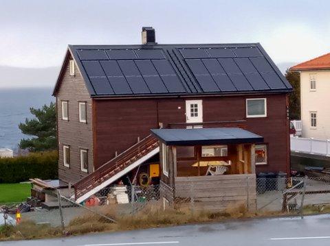 SOLCELLER: Huset til Høines på Tau har fått solcellepanel på taket.