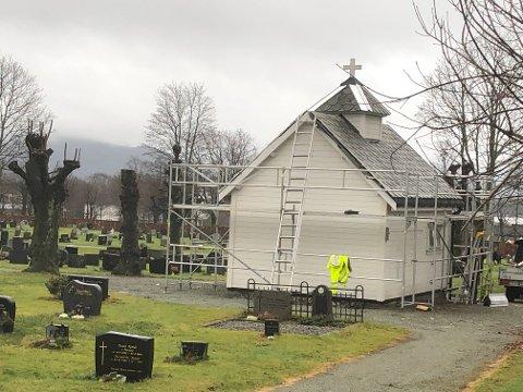 BLIR FIKSA PÅ: Bårehuset på Langeland kyrkjegard på Jørpeland, som er frå midten av 1920-talet, blir i desse dagar rehabilitert.