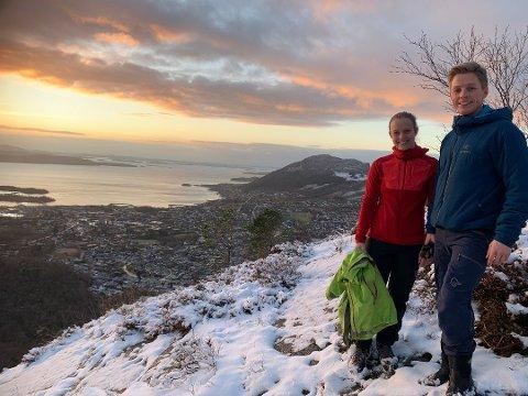 TURFOLK: Hanne Holdt-Aanensen og Lars Anders Drange er blant de som har besøkt Strand for å benytte nye turmuligheter. De var på topptur rett etter tunnelåpningen. Foto: Elin Moen Karlsen