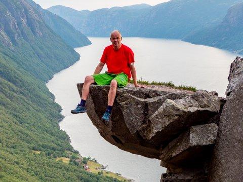 KALLALIKLUMPEN: Harald R. Thorkildsen på Kallaliklumpen i Lysefjorden. Han har fleire gonger hatt med seg båt på hengar gjennom Ryfast, som han har sjøsett i Havn og så kjørt til Flørli for å gå tur.