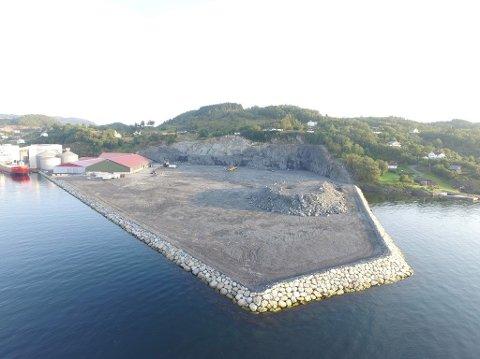 BEKYMRING: Eierne av hytter (til høyre  i bildet) er bekymret for at et hydrogenanlegg på det utfylte området ved Fiskå Mølle vil medføre eksplosjonsfare. Dronefoto: Privat