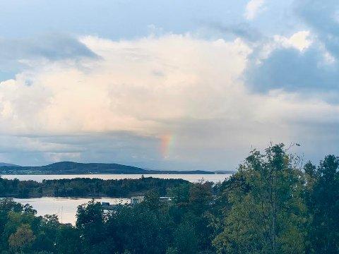 REGNBUEFLEKK: En lysflekk i regnbuens farger viste seg over Idse fredag morgen.