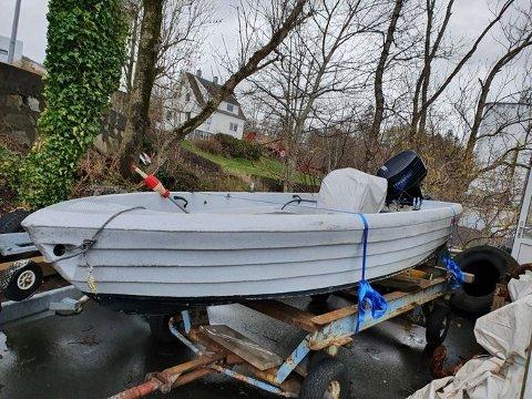 PÅ REK: Denne båten ble slept til Tau i midten av januar. Den ble funnet på rek. Trolig har den slitt seg.