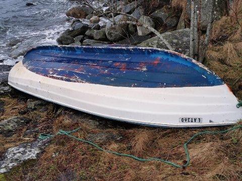 PÅ REK: Denne småbåten har rekt i land i Kuvika.